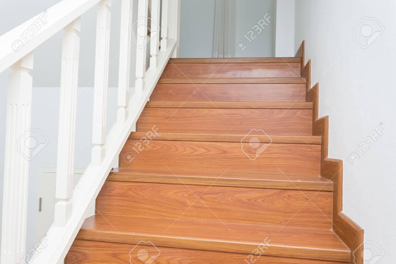 Holztreppe Aus Holz Laminat In Weiß, Modernes Haus Gemacht ...