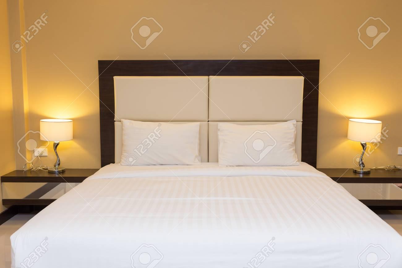 Intérieur chambre avec un lit et une lampe de décoration