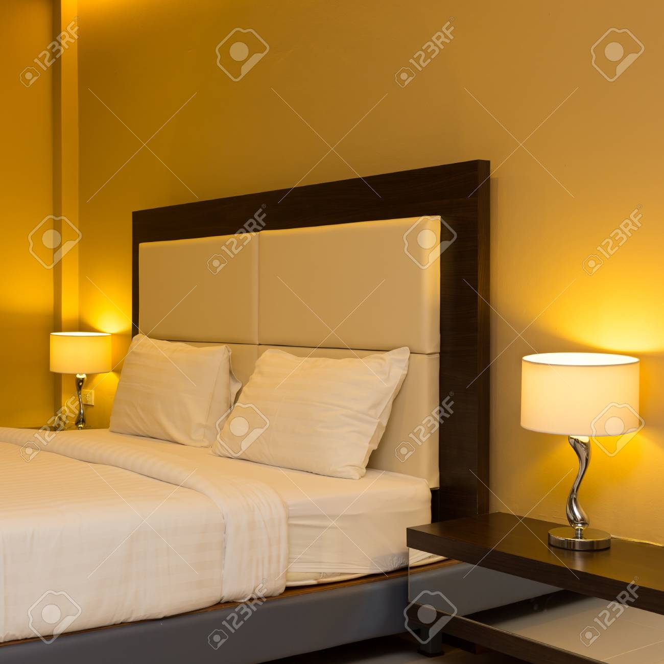Intérieur Chambre Avec Un Lit Et Une Lampe De Décoration Banque D ...