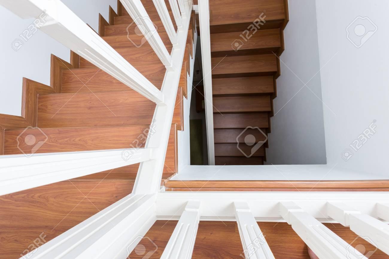 Banque Du0027images   Escalier En Bois En Bois Stratifié Dans Une Maison  Moderne Blanche