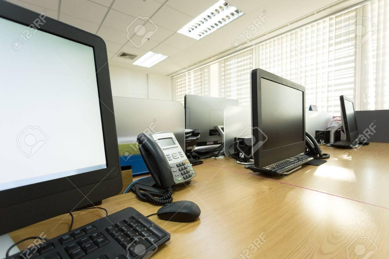 Table de travail dans le bureau avec téléphone et ordinateur pc