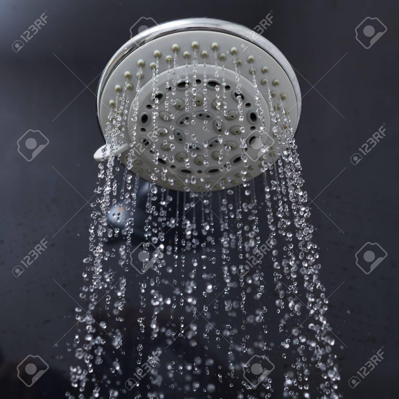 Salle De Bain Et Eau ~ t te de douche dans salle de bain avec de l eau qui coule gouttes