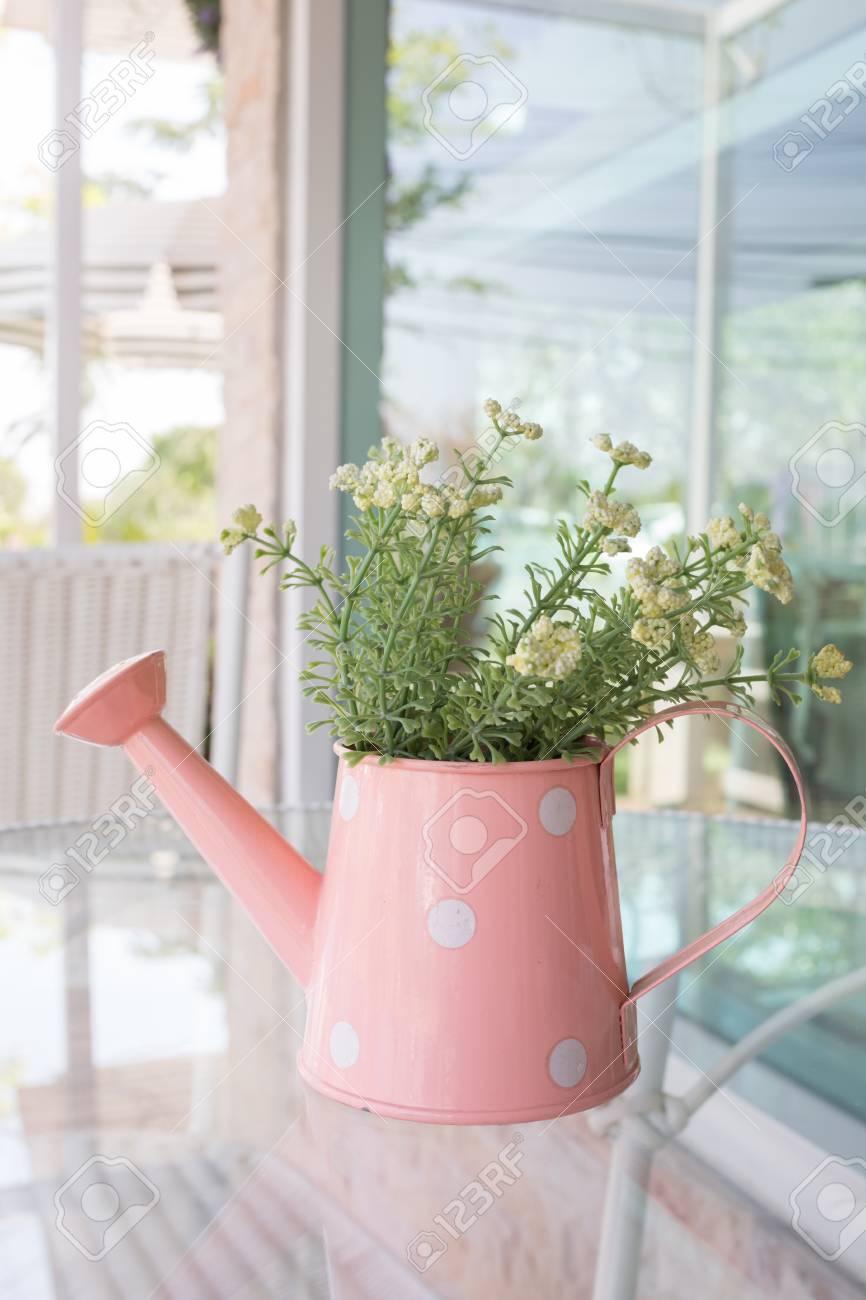 Blumen Vase Auf Spiegel Tisch Dekoriert Im Wohnzimmer, Künstliche Blumen In  Der Vase Giesskanne