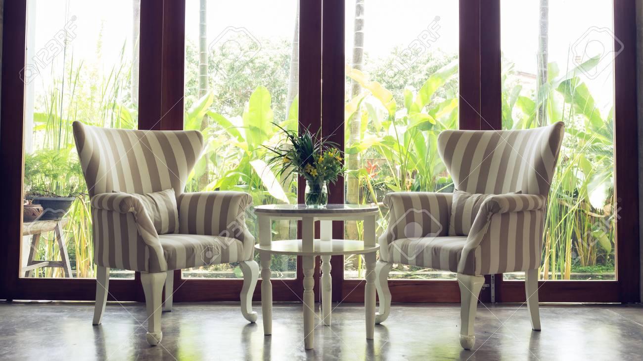 Gestaltung Von Innen Wohnzimmer Mit Sofa Möbel Mit Spiegel Fenster Und  Grünen Garten Hintergrund Standard