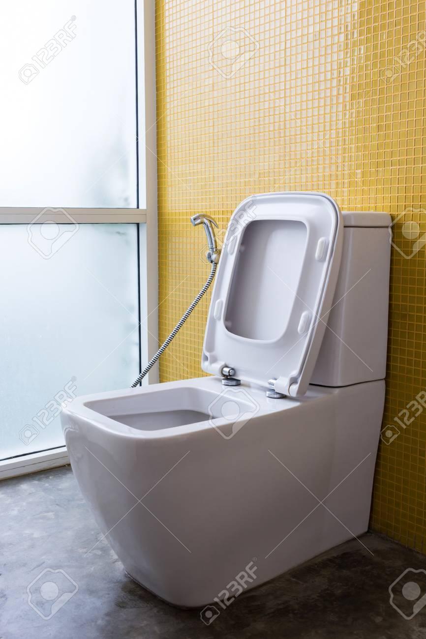 Standard Bild   Weiß Toilette Mit Wasserspülung Und Gelbe Wand Mosaik  Dekoration Im Modernen Badezimmer Interieur Zu Hause