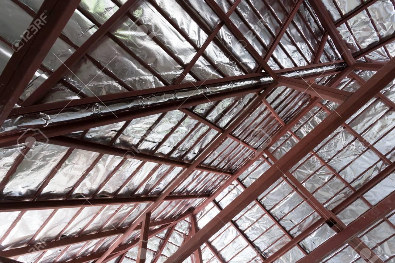 Dach Mit Stahltrager Und Silberner Folie Isolierung Warme An Der