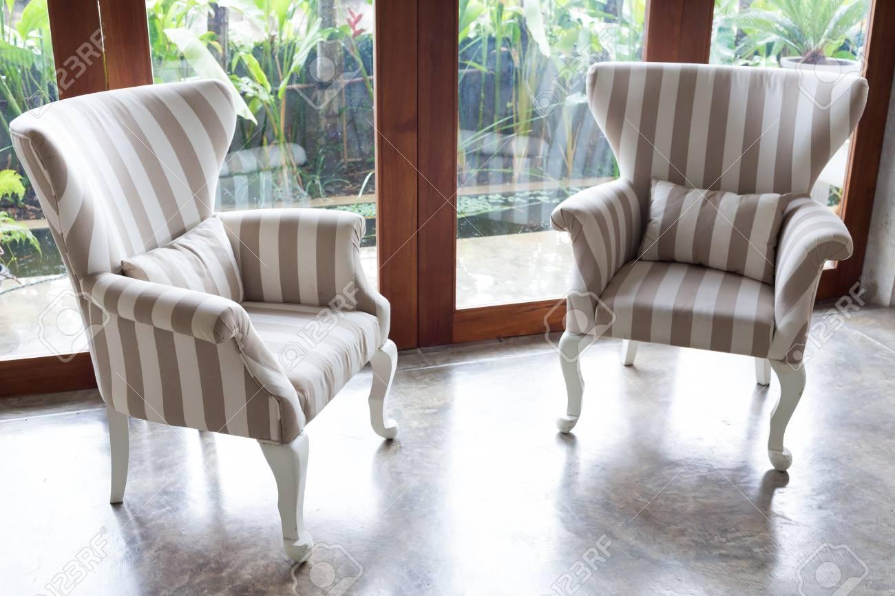 Gestaltung Von Innen Wohnzimmer Modernen Stil Mit Sofa Möbel In Grünen  Garten Hintergrund Standard Bild