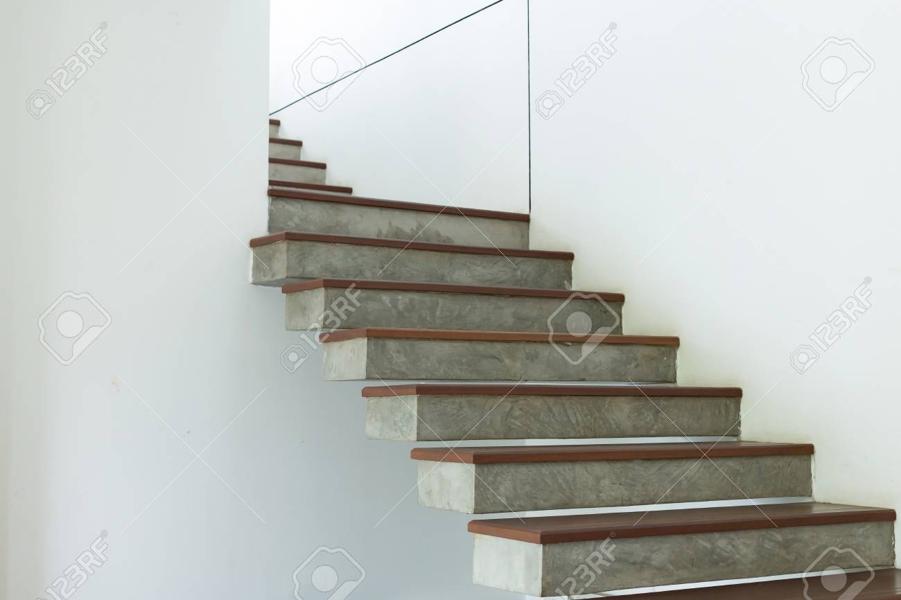 Captivant Banque Du0027images   Escalier En Ciment Et En Bois Sur Mur De Mortier Blanc,  Intérieur De Design Dans La Maison Moderne