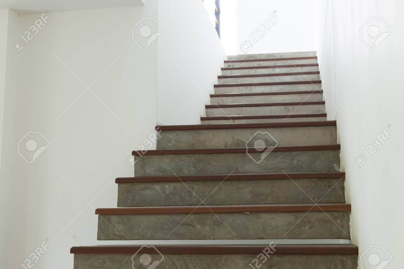 Charmant Banque Du0027images   Escalier En Ciment Et En Bois Sur Mur De Mortier Blanc,  Intérieur De Design Dans La Maison Moderne