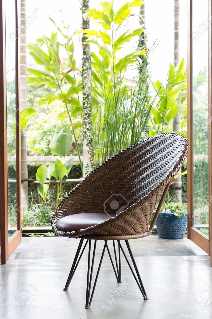 Design d\'intérieur, meubles de canapé style contemporain dans le salon avec  jardin naturel à l\'extérieur de la fenêtre