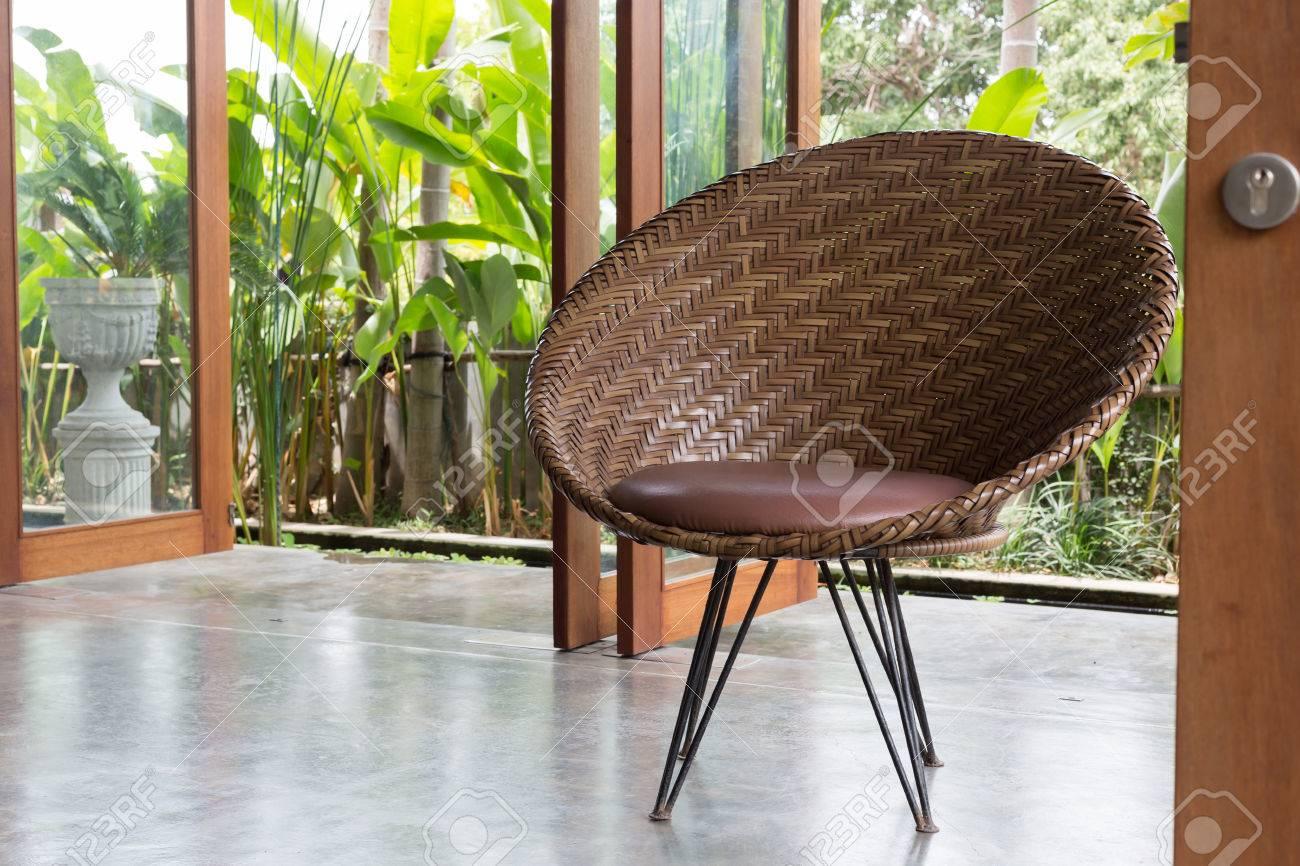 Innenarchitektur Sofa Mbel Modernen Stil Im Wohnzimmer Mit Naturgarten Vor Dem Fenster Lizenzfreie Bilder