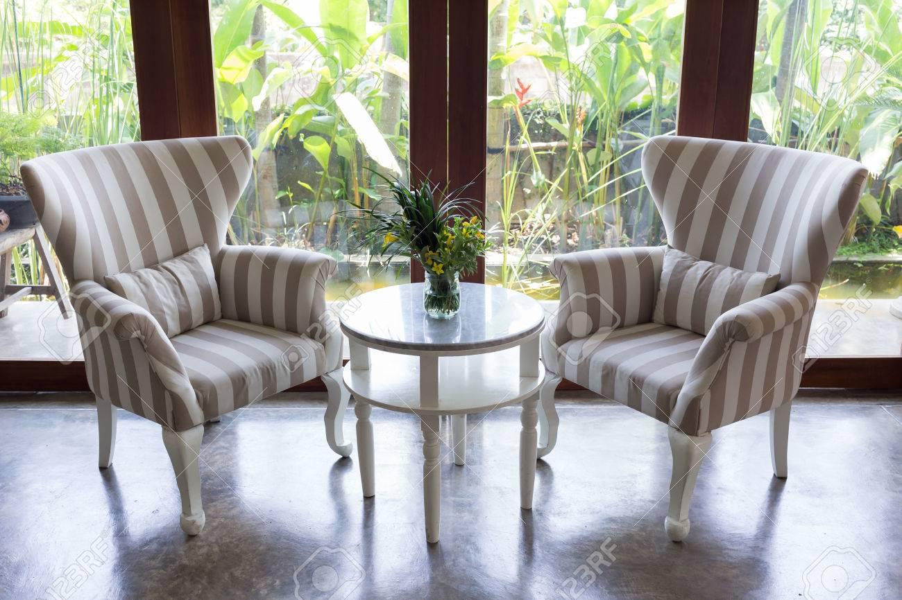 Perfekt Gestaltung Von Innen Wohnzimmer Mit Sofa Möbel Mit Spiegel Fenster Und  Grünen Garten Hintergrund Standard
