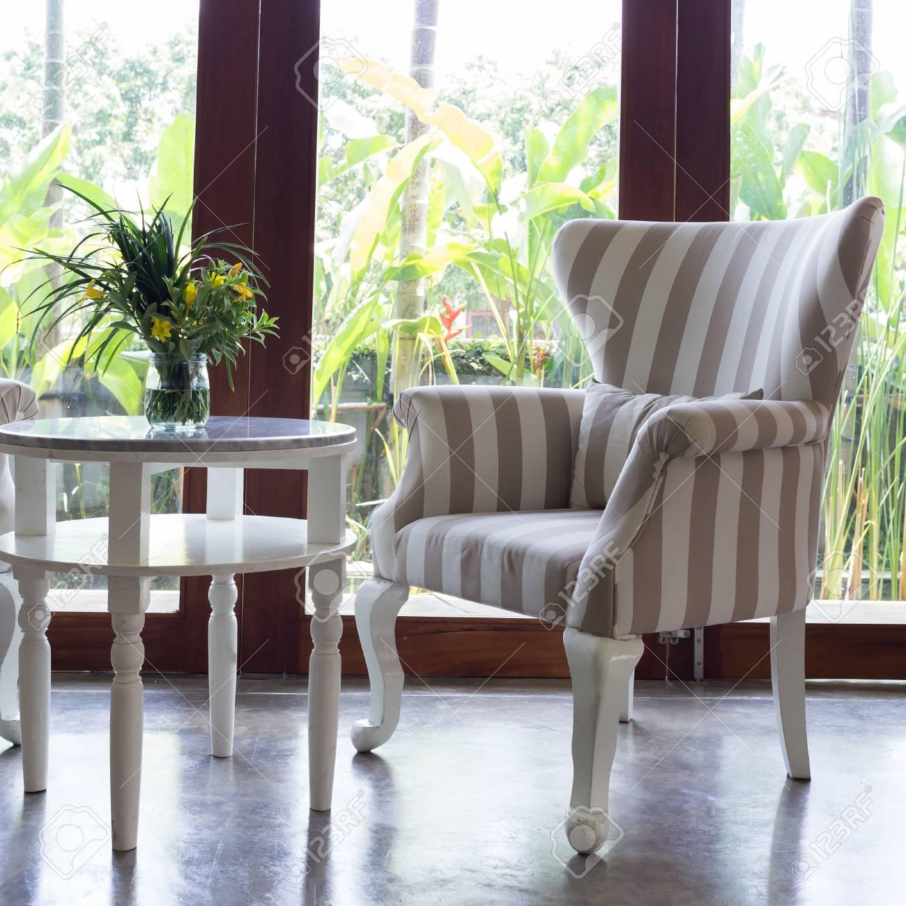 GroBartig Gestaltung Von Innen Wohnzimmer Mit Sofa Möbel Mit Spiegel Fenster Und  Grünen Garten Hintergrund Standard