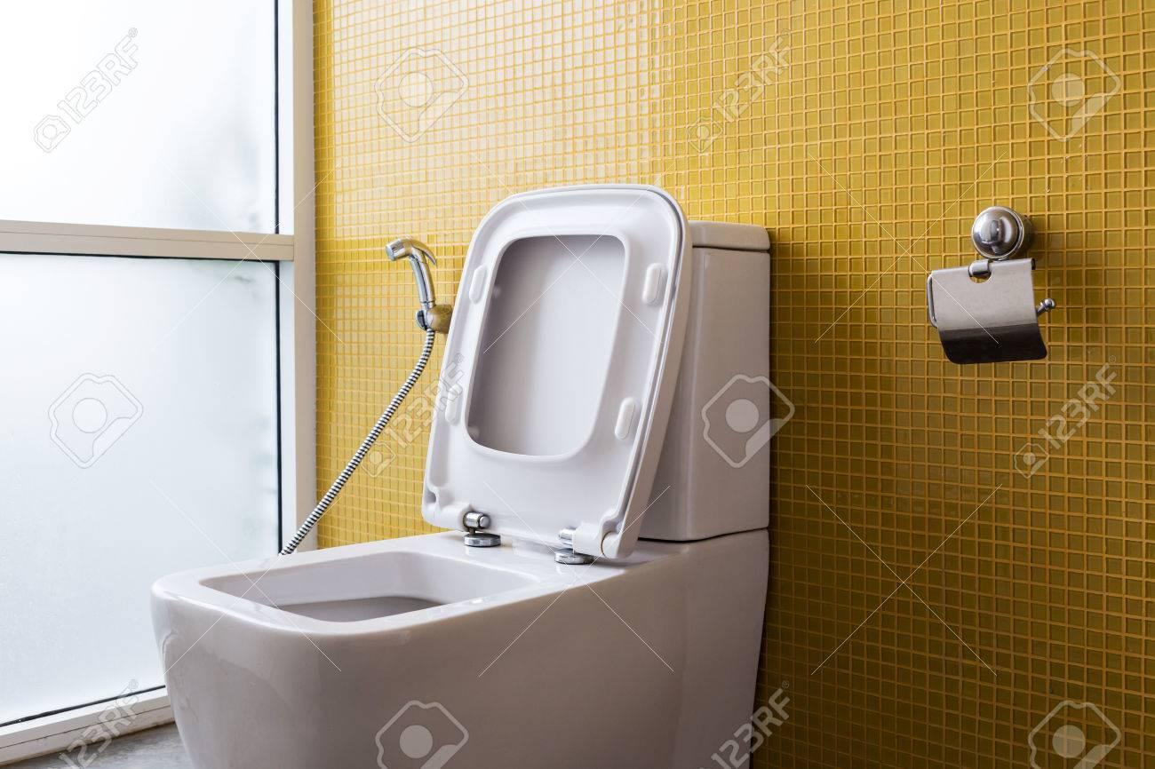 Weiß Toilette Mit Wasserspülung Und Gelbe Wand Mosaik Dekoration Im ...