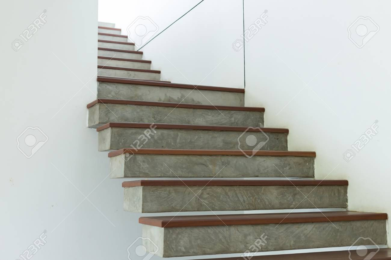 Ciment et escalier en bois sur le mur de mortier blanc, design d\'intérieur  dans la maison moderne