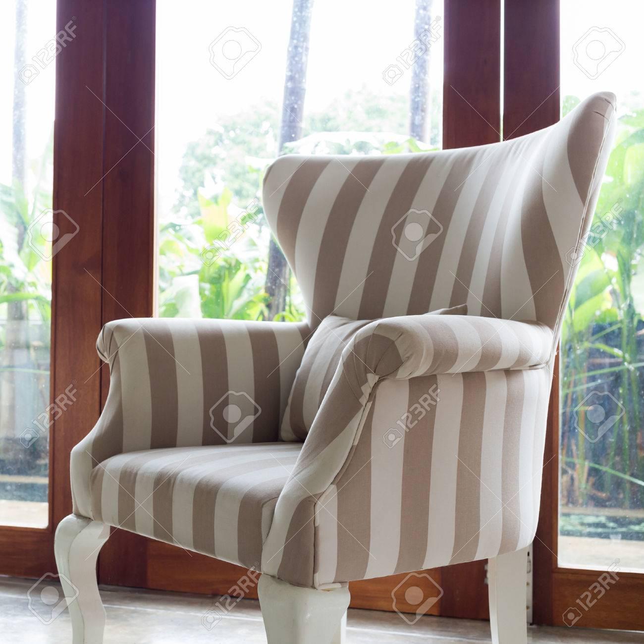 Design Inter Wohnzimmer Mit Sofa Möbel Mit Spiegel Fenster Und Grünen  Garten Hintergrund Standard