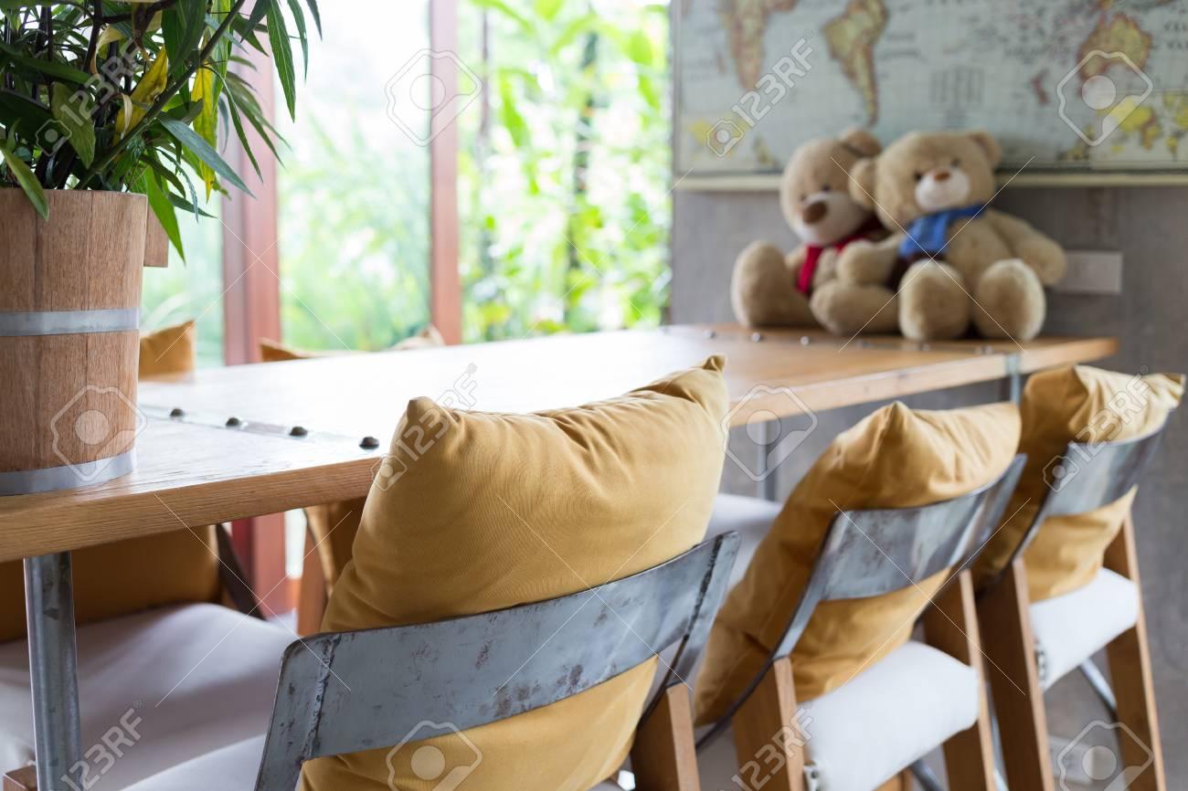 Sgabello e tavolo in legno decorato nel soggiorno all interno del