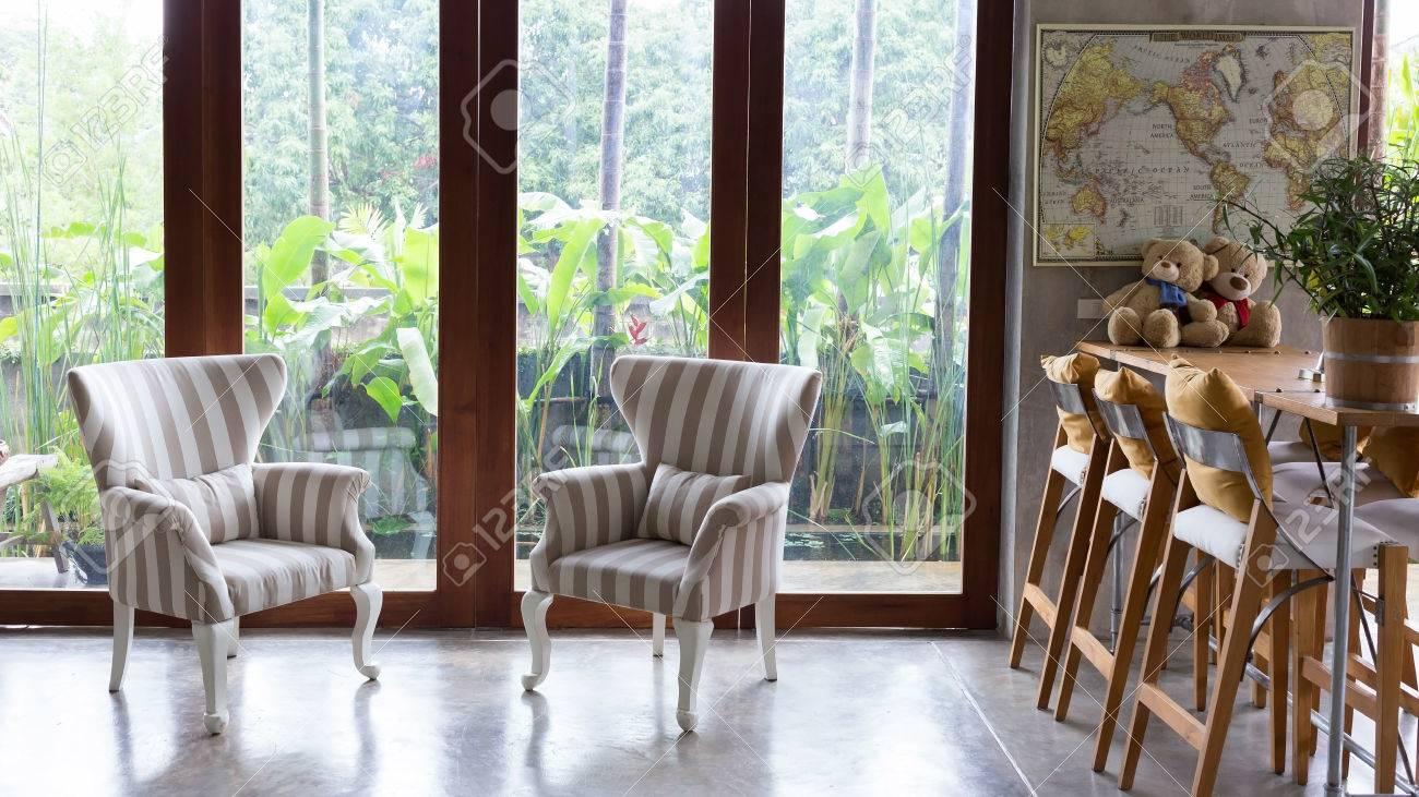 Inter Aus Wohnzimmer Mit Sofa Möbel Und Natürlichen Blick Auf Den Garten  Vor Dem Fenster Standard