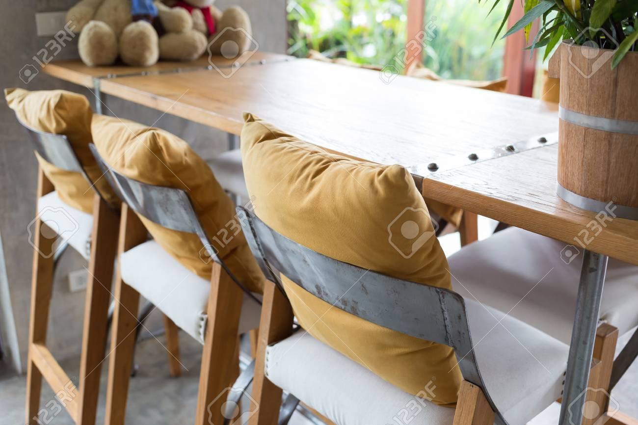 Sgabello da bar e tavolo in legno decorato in salotto interno del