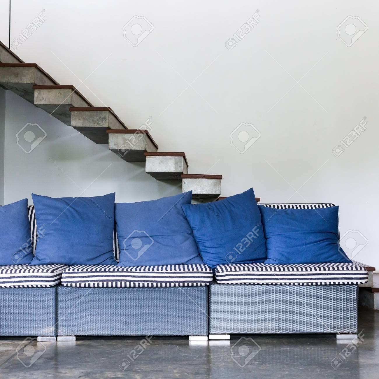 Interieur Wohnzimmer Modernen Stil Mit Blauen Sofa Möbel Und Treppe Im  Weißen Raum Standard Bild