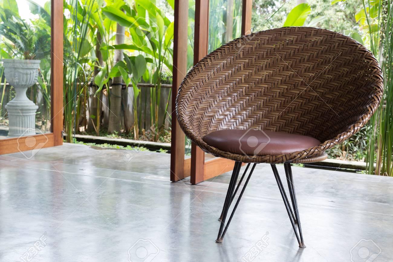 Design d\'intérieur, meubles canapé style contemporain dans le salon avec  jardin naturel extérieur de la fenêtre