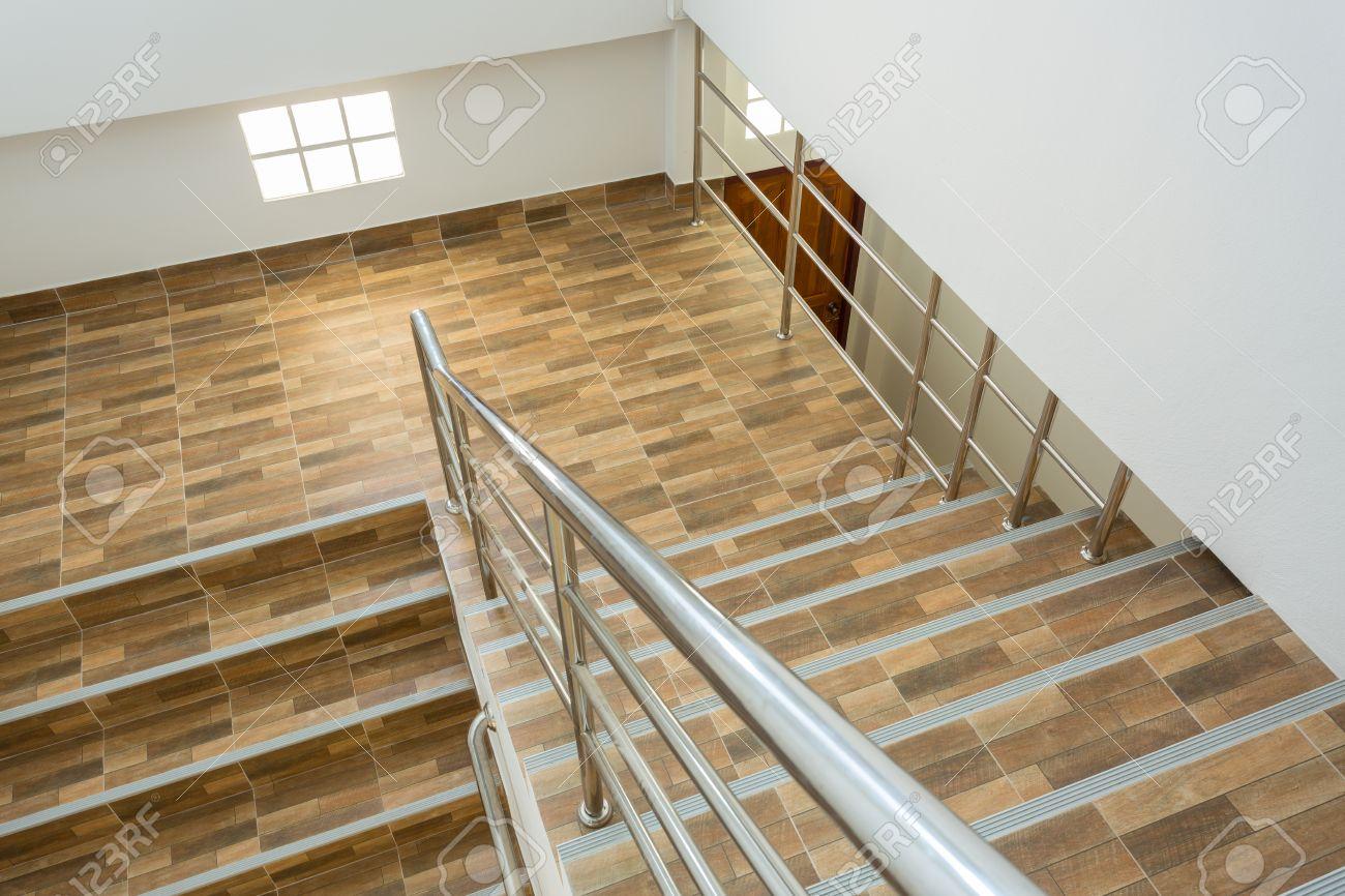 Escalera En Casa Residencial Con Pasamanos De Acero Inoxidable Piso  -> Fotos De Piso Para Casa