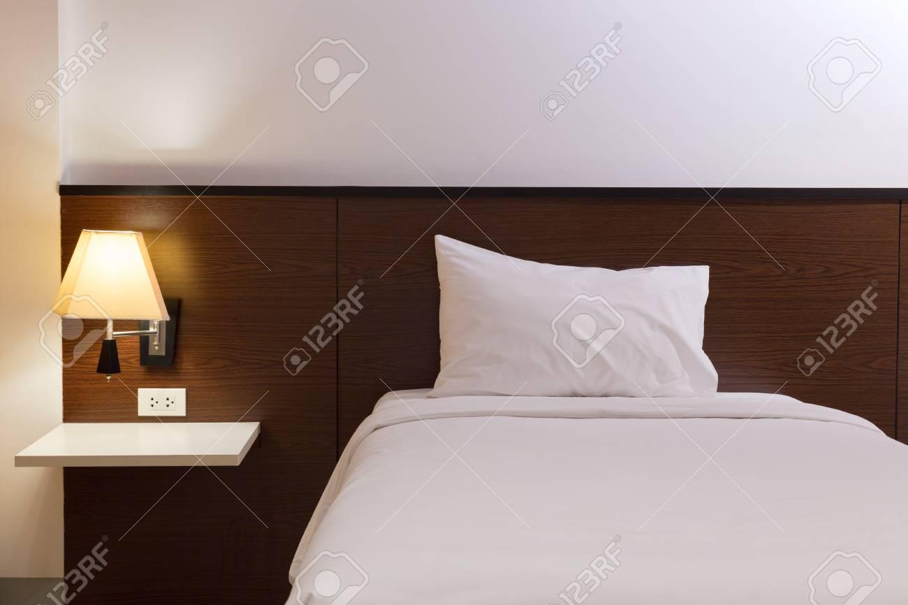 Intérieur chambre design avec lit et décoration lampe