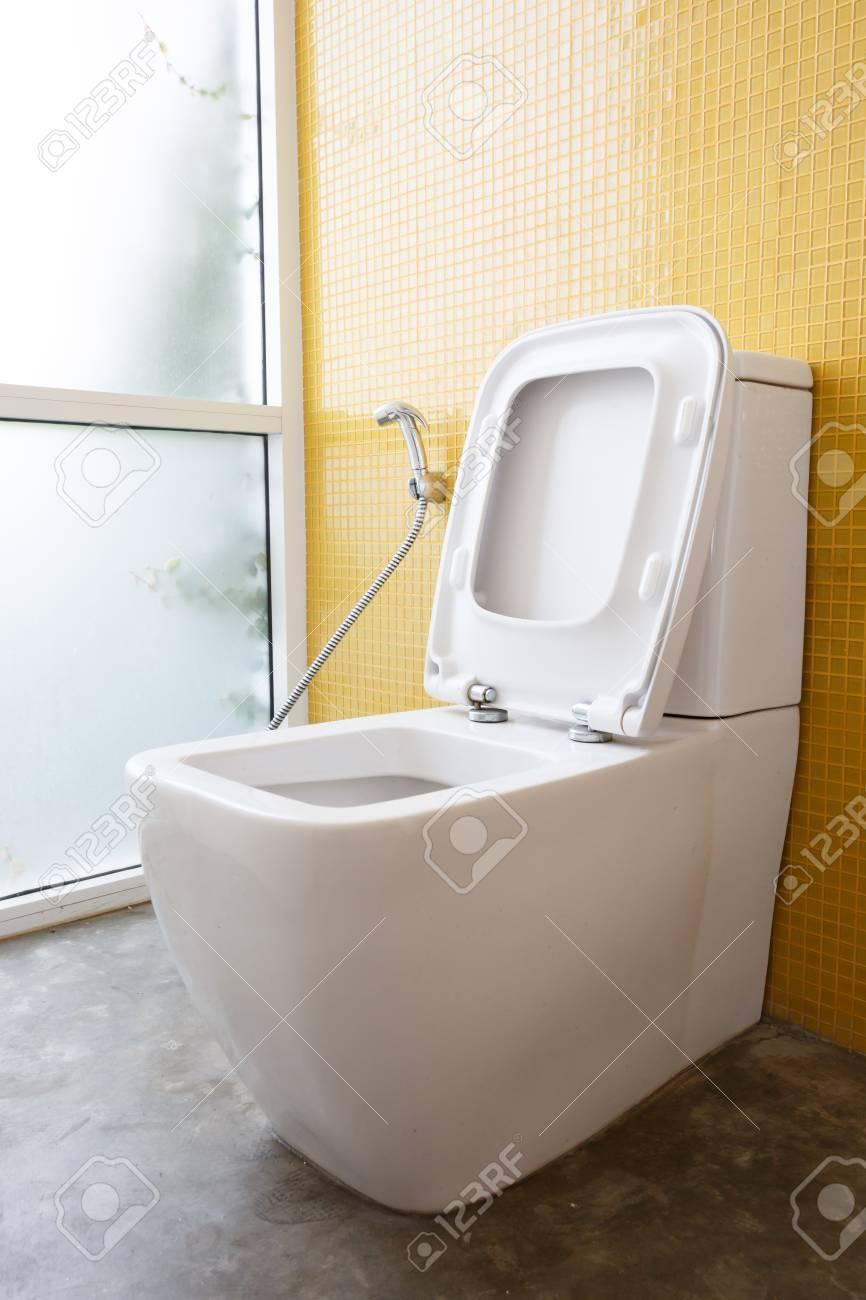 Standard Bild   Weiß Toilette Mit Wasserspülung Und Gelbe Wand Mosaik  Dekoration Im Modernen Badezimmer Inter Hause