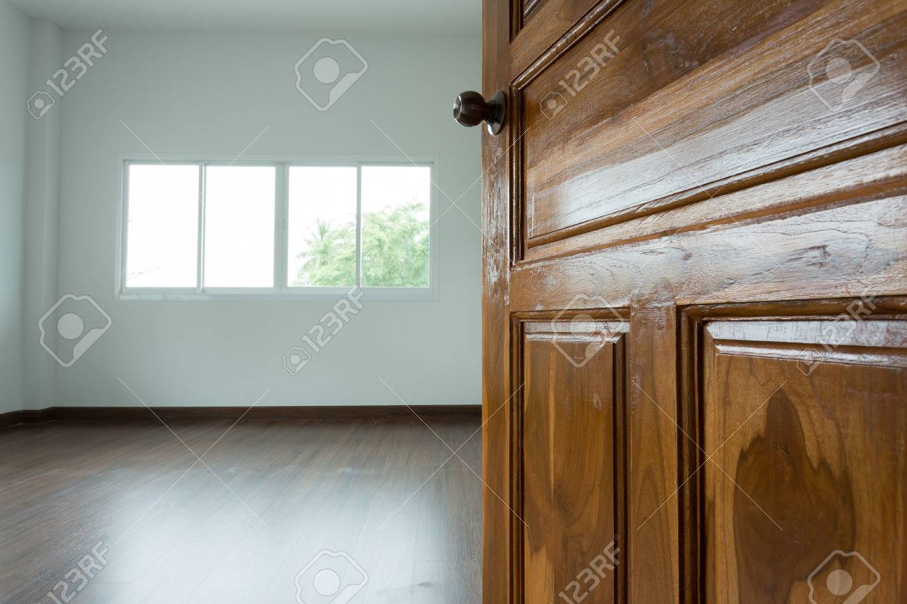 Ouvert La Porte En Bois Salle Blanche Vide Avec Fenêtre Et Bois