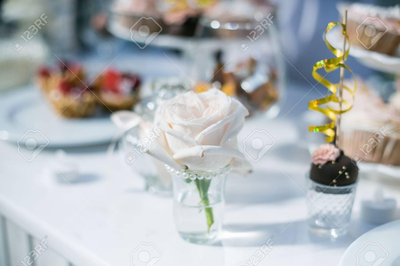 Hochzeitstorte Mit Roten Rosen Hochzeitstorte Tischdekoration