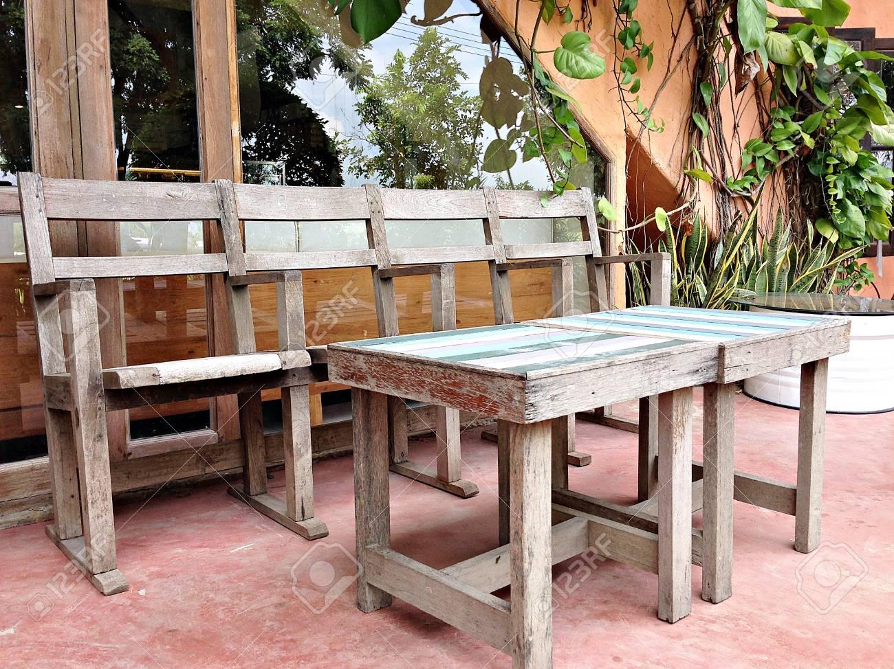 Sedie e tavoli vintage interni e decorazione nel ristorante