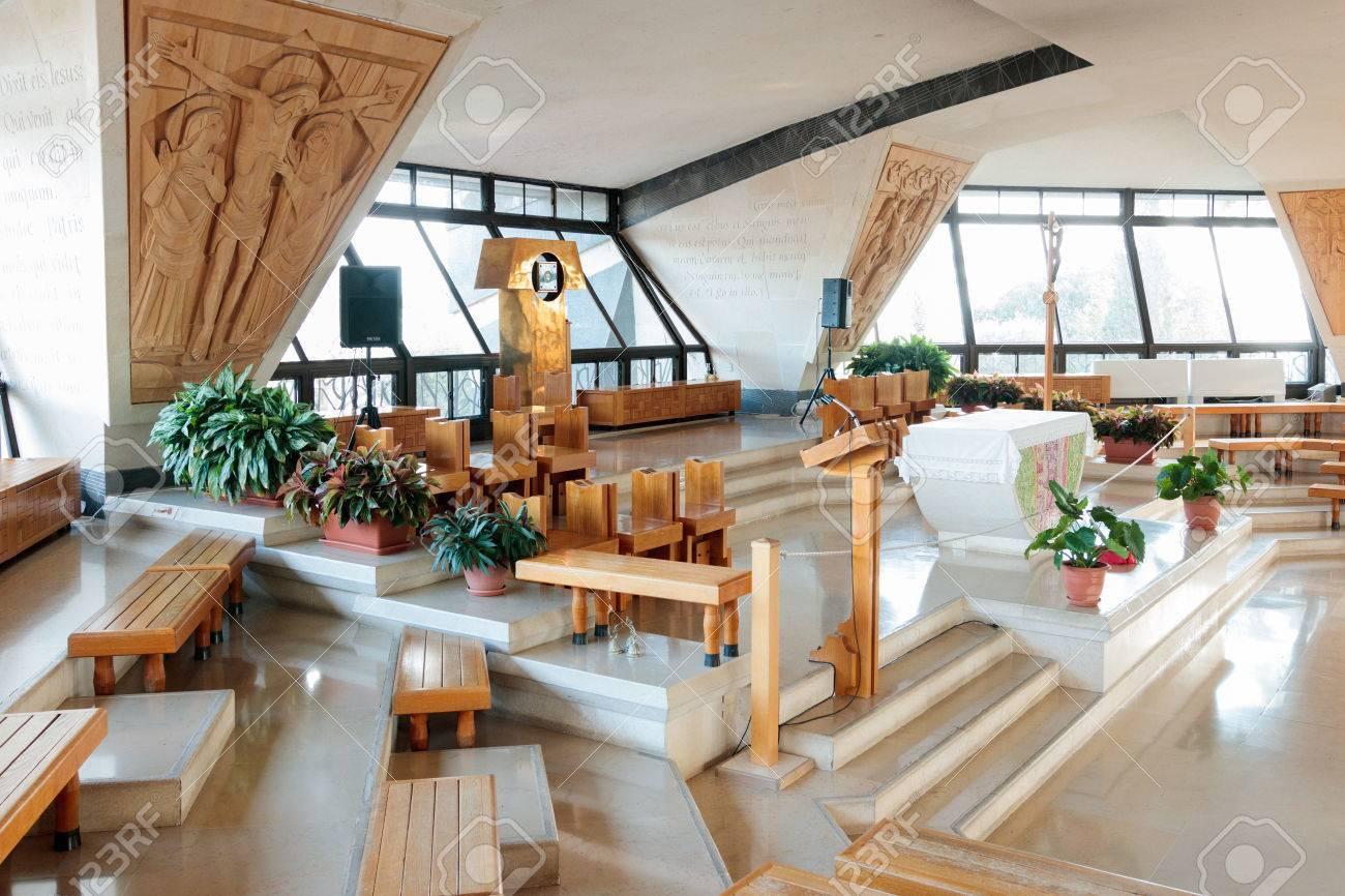 het interieur van de kerk werd gebouwd boven de runes van peters huis in capernaum