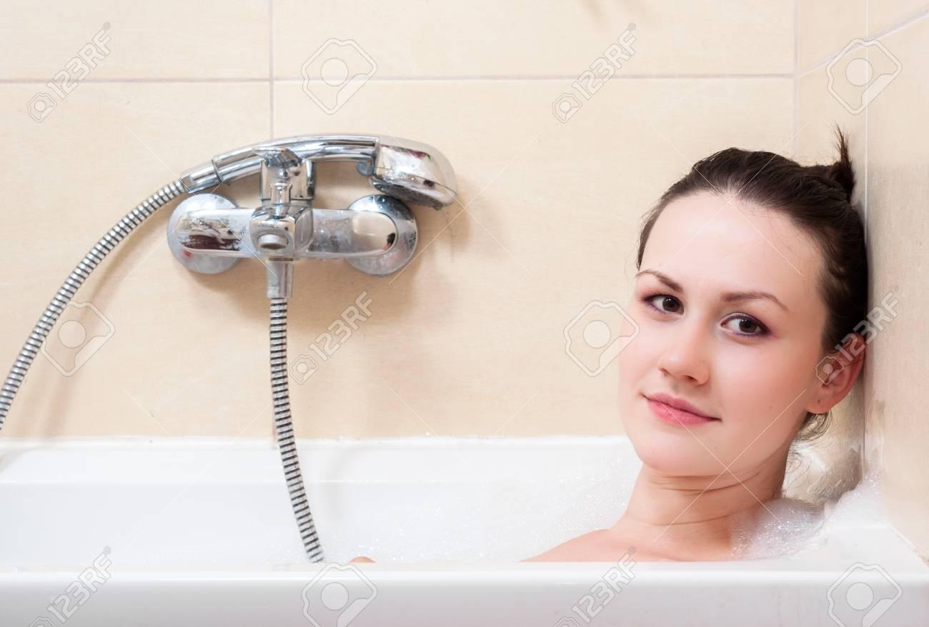 Mädchen im Badezimmer Nahaufnahmefoto
