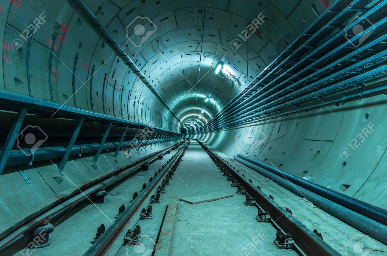 Unterirdische Anlage Mit Einem Großen Tunnel, Der Tief Lizenzfreie ...