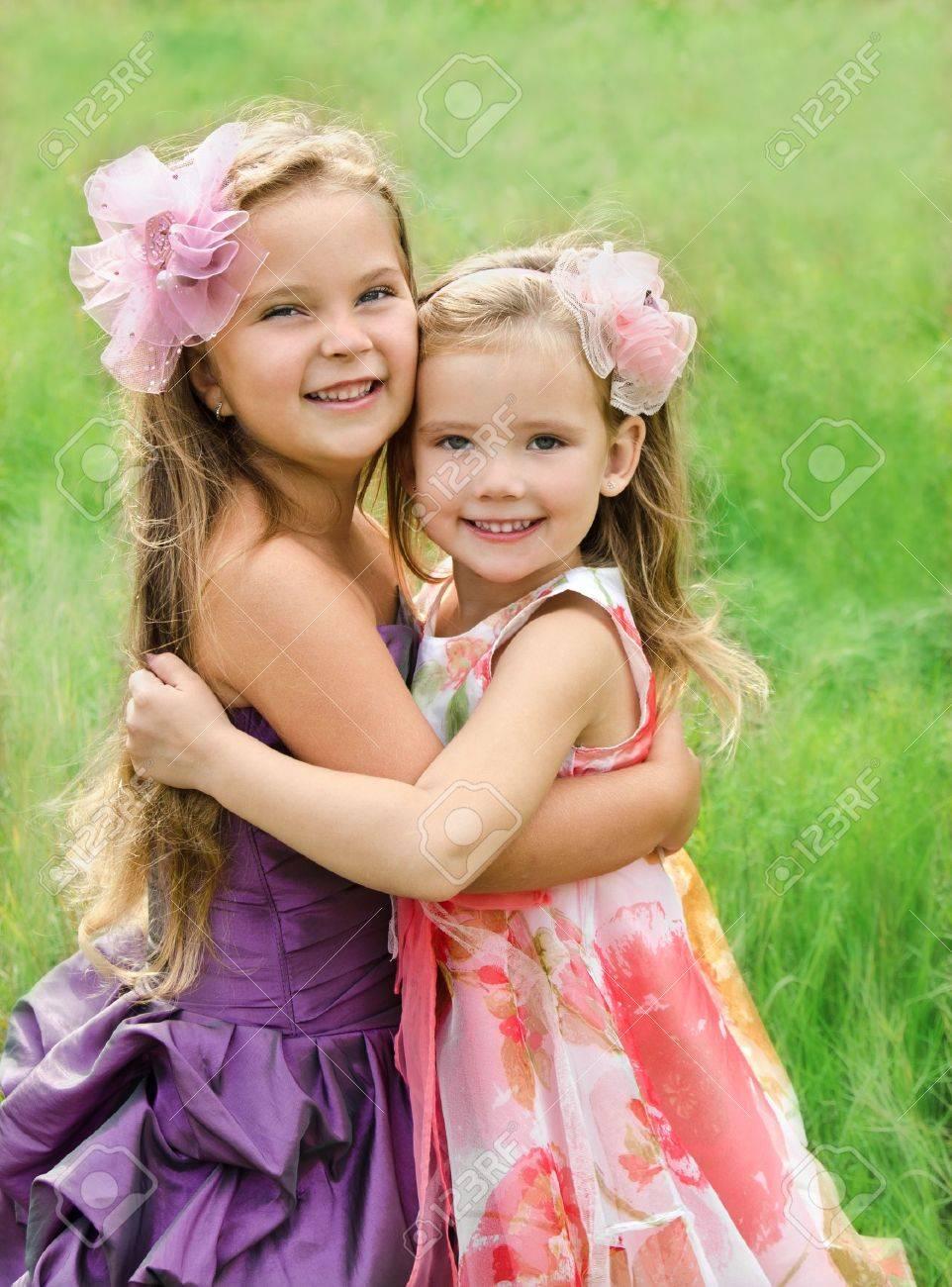 маленькие девочки Наружная портрет двух обнимая милые маленькие девочки Фото со стока -  15871239