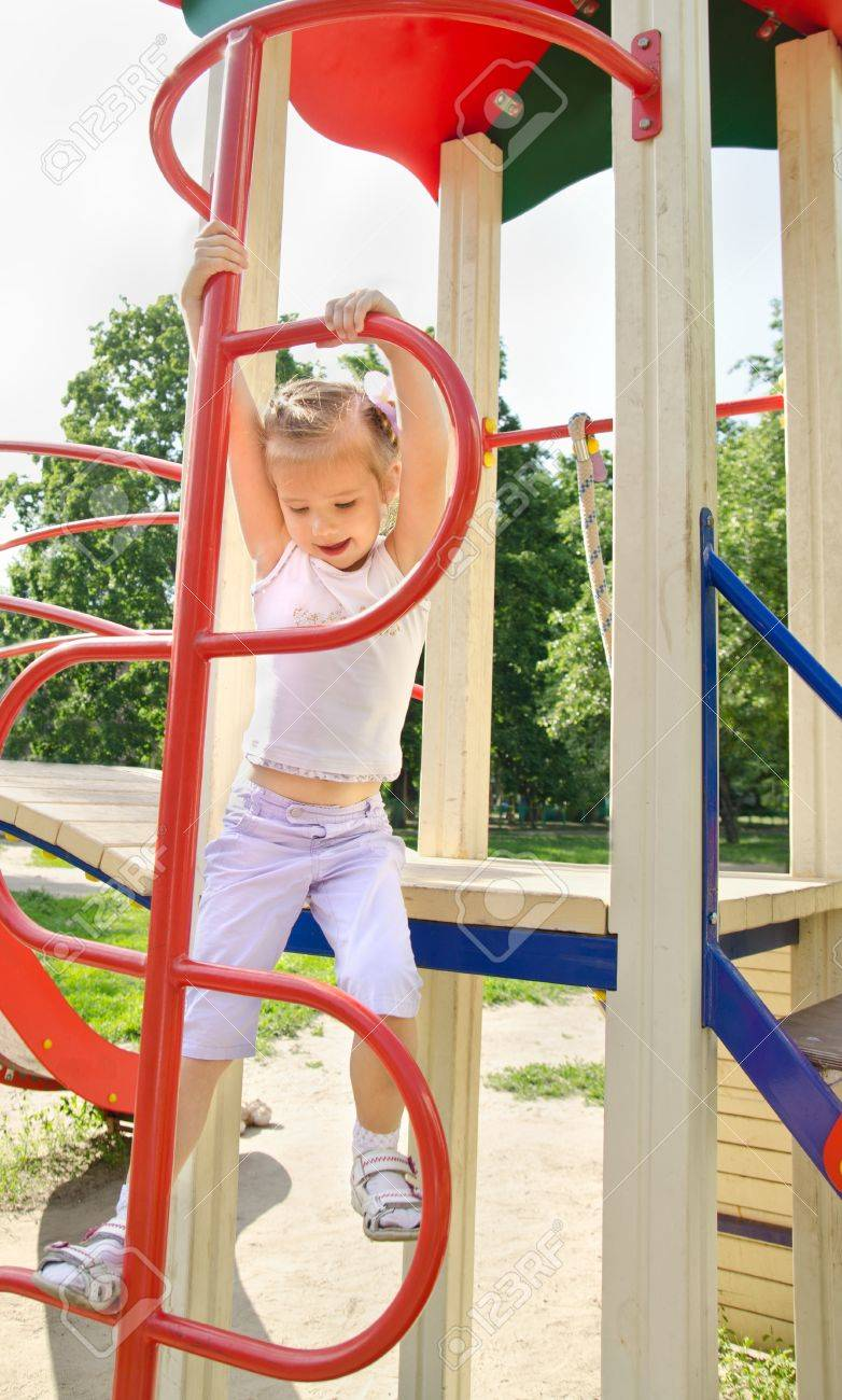 Feliz Nina Sonriente En Juegos Infantiles Al Aire Libre Fotos