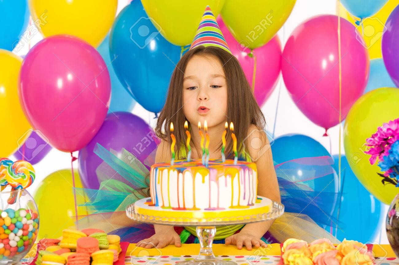 Portrait Der Frohen Kleines Madchen Feiert Geburtstag Partei Und