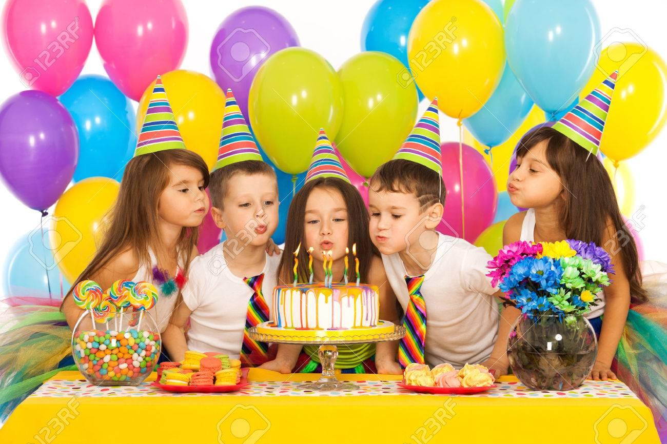 Gruppe Von Frohlichen Kleinen Kinder Feiert Geburtstag Partei Und