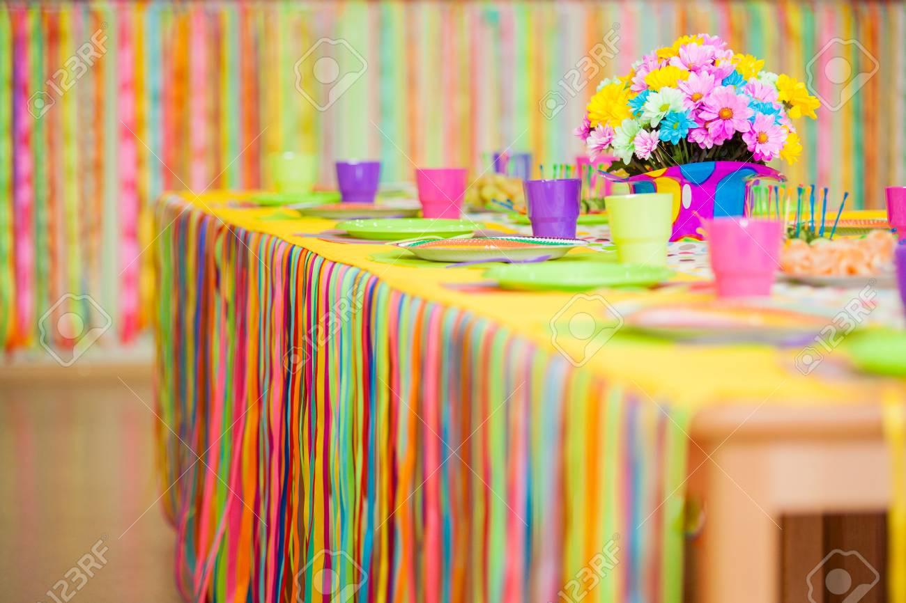 Banque Du0027images   Desservant La Table Colorée Avec La Décoration Pour Lu0027anniversaire  Du0027enfant