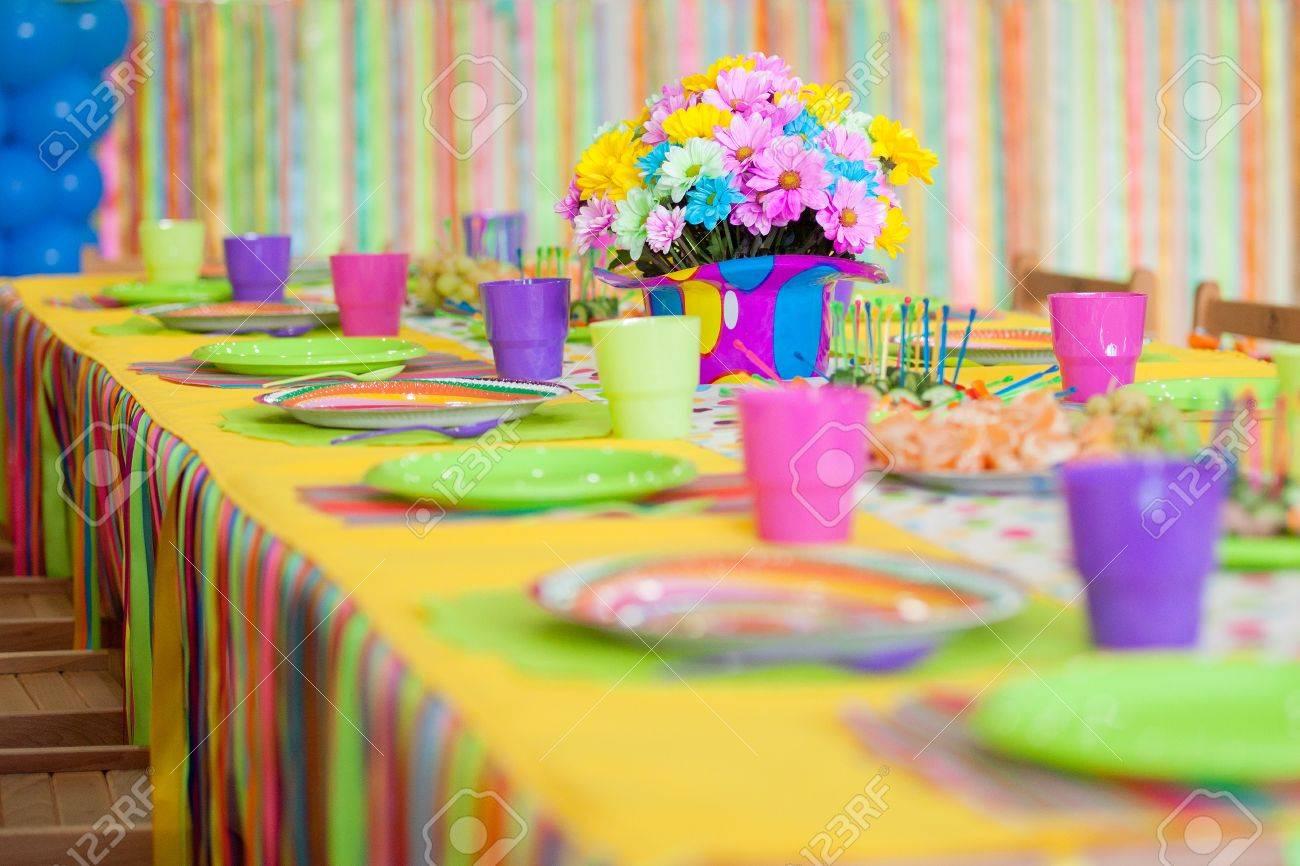 Servieren Bunten Tisch Mit Dekoration Fur Kinder Geburtstag