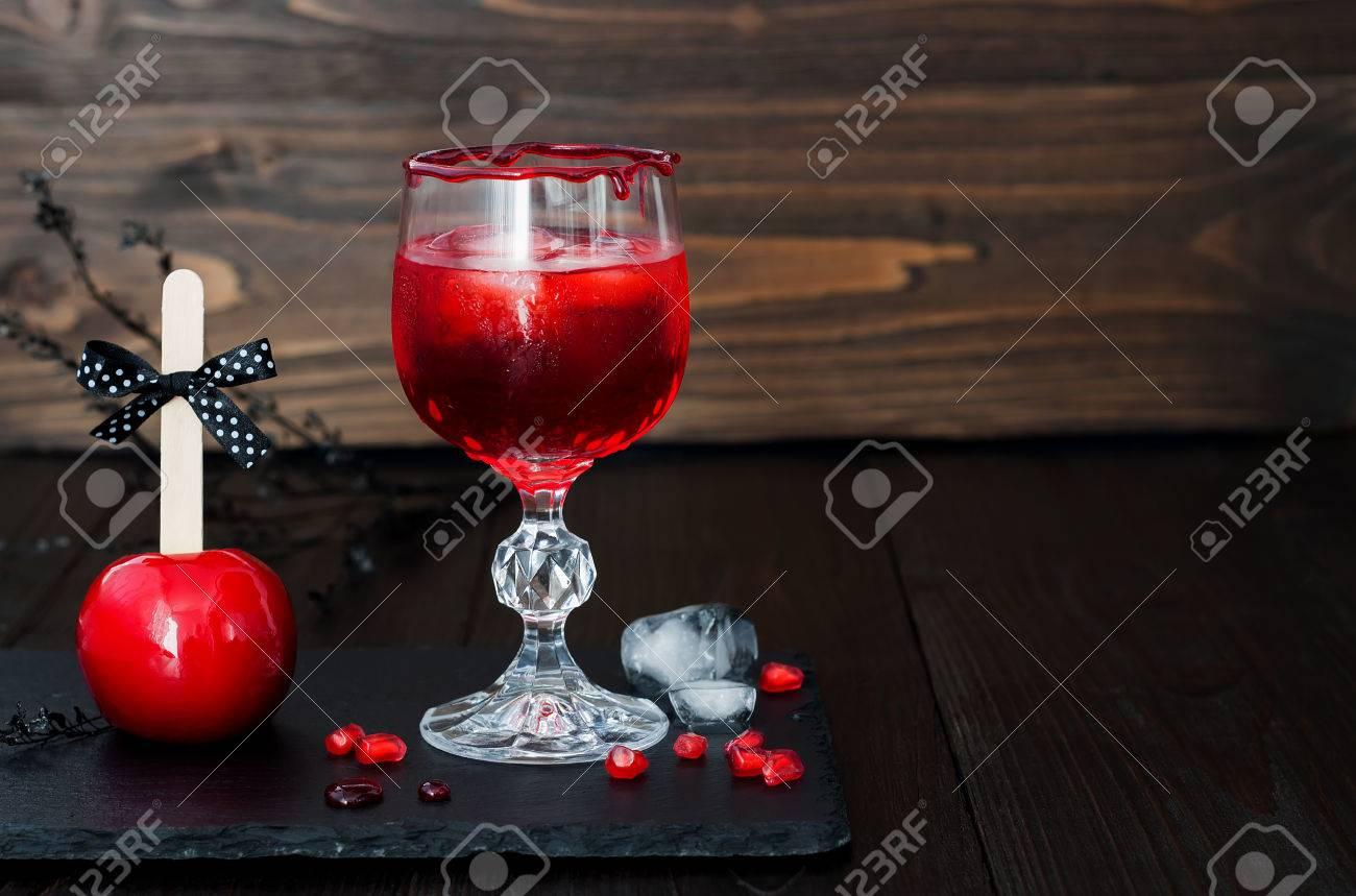Spooky Blutigen Cocktail Und Roten Karamell Apfel. Traditioneller ...