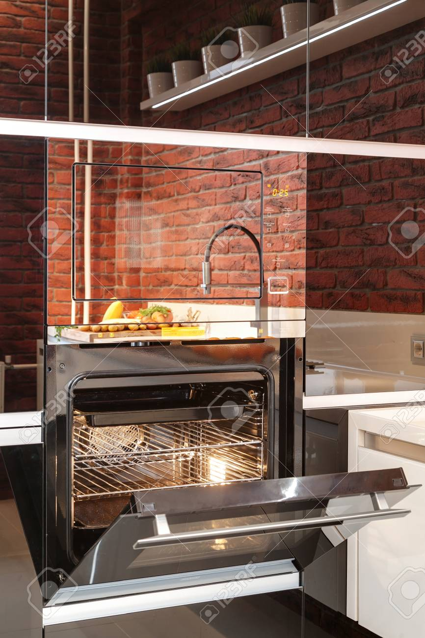 Mesa Para Lavabos Modernos.El Mezclador Moderno Con Un Lavabo Y Verduras En Una Mesa De La Cocina En La Reflexion De Un Horno