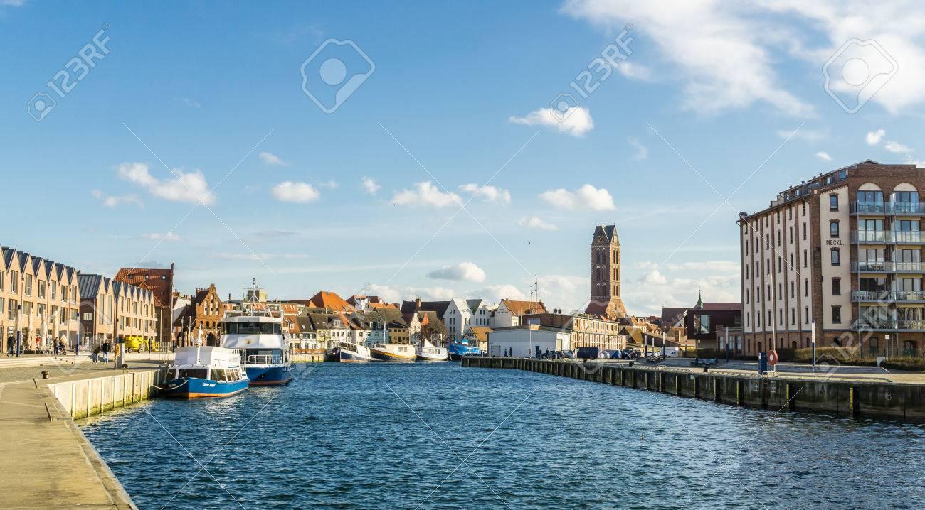 Blick Auf Wismar Alter Hafen Mit Schiffen Und Häusern Lizenzfreie ...