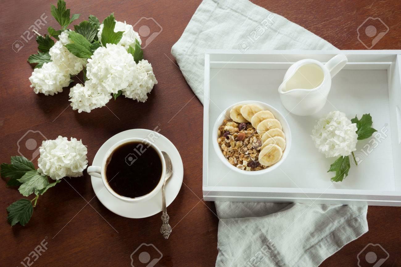 Ein Gesundes Frühstück Ist Eine Tasse Schwarzen Kaffee Mit Müsli ...
