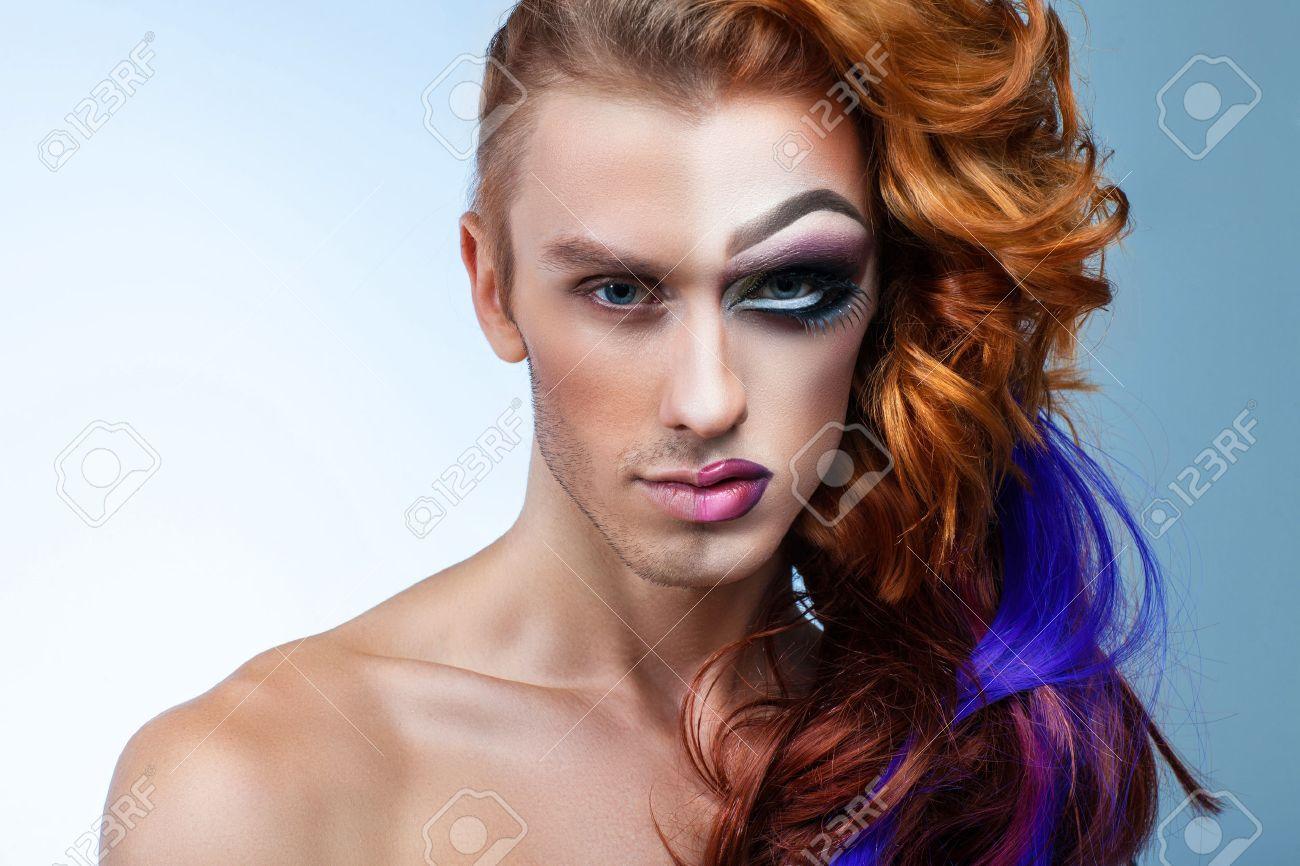 36054690-portrait-d-un-homme-avec-le-maquillage-moiti-du-visage-d-une-femme-Banque-d'images