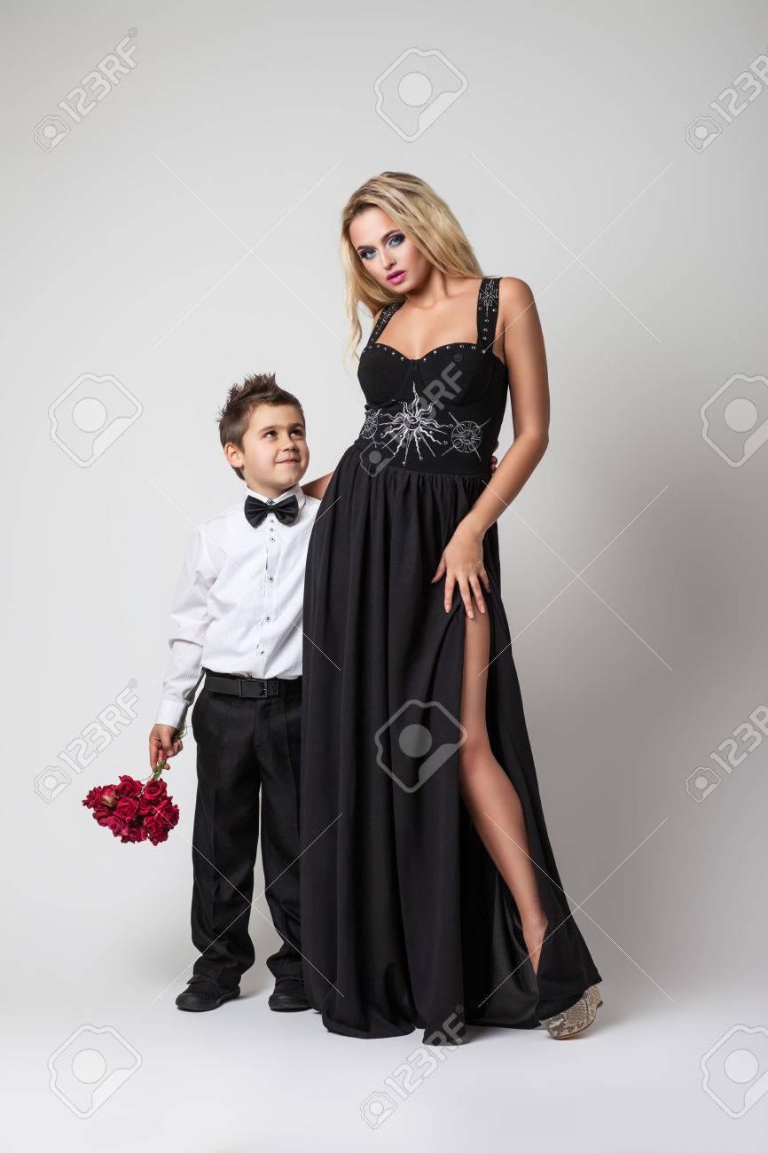 bfcab7b99ba7 Archivio Fotografico - Giovane sposa con una donna elegante
