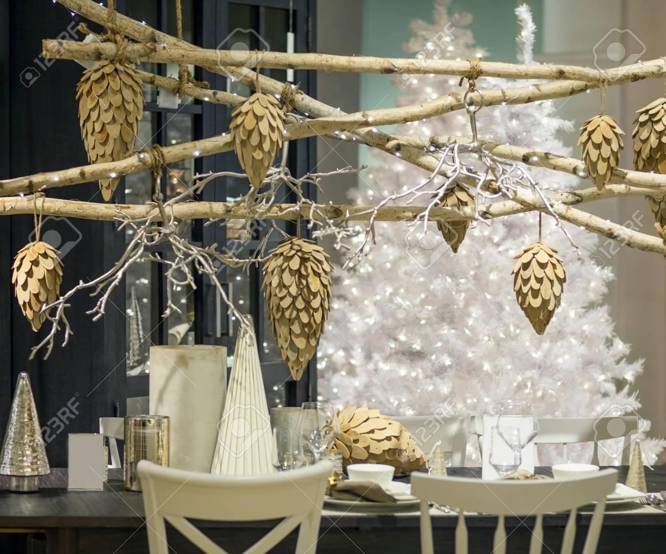 Geschmackvoll Eingerichtete Zimmer Und Tisch Für Heiligabend ...