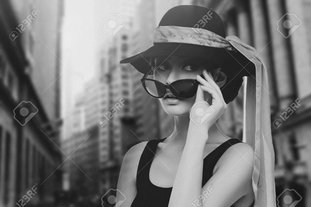 meilleure sélection dernier site autorisé Belle jeune femme ressemblant à Audrey Hepburn dans le chapeau avec un  foulard et des lunettes de soleil