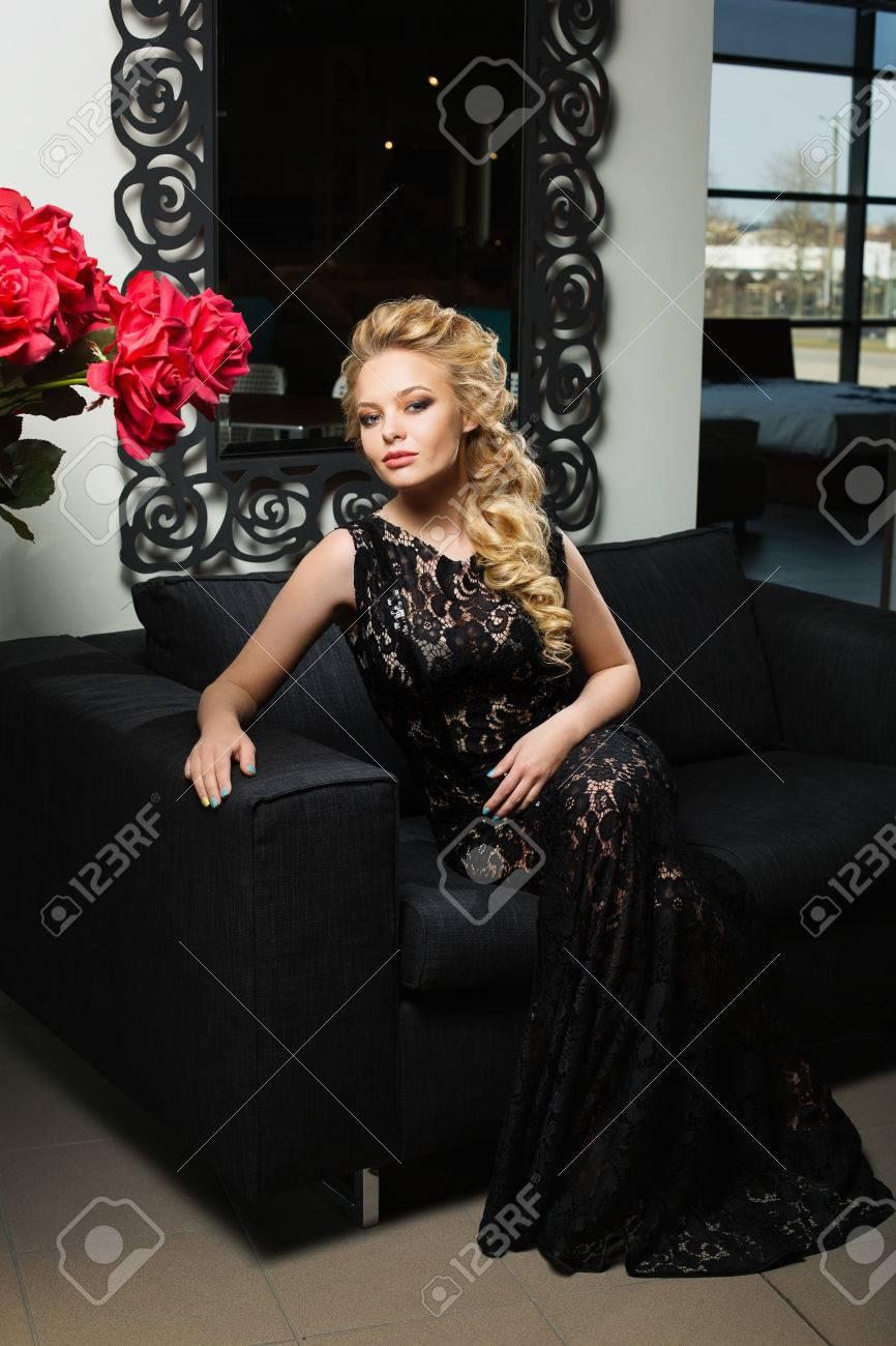Femme De Robe Belle Blonds Élégante En Aux Jeune Longs Cheveux Hnw5qS