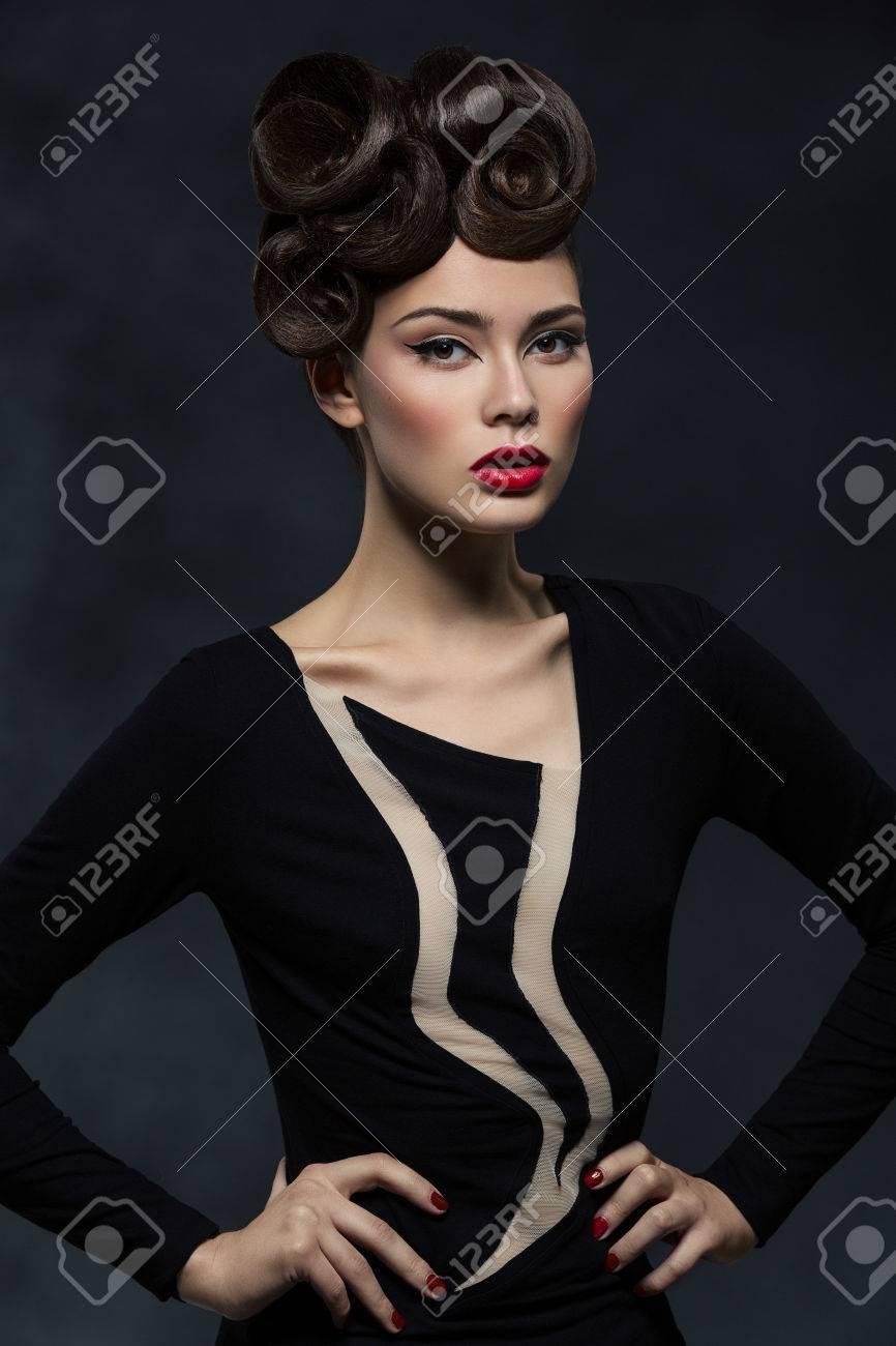 Belle Jeune Femme Avec Coiffure Glamour Et Levres Rouges Portant
